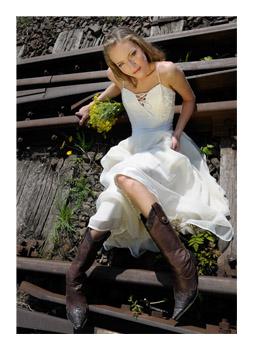 8575454fc4 ... (Trash the Dress)- nek nevezett el. A mozgalomnak egyre több követője  van szerte a világban. Ezt a különleges esküvői fotózást, esküvői videózást  ...